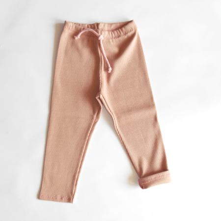 leggings in der färbe puder aus ribstrick